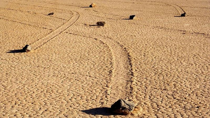 """Đá biết đi ở """"Thung Lũng Chết"""". (Ảnh qua Halli Hudugaru)"""